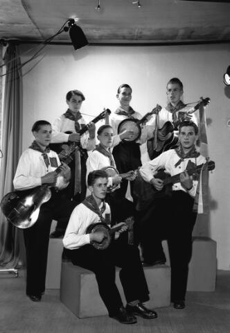 650668 - Schmidlin. Dit gitaarorkestje liet zich fotograferen in de studio van Schmidlin. Het gezelschap paste net op de foto, 1948.