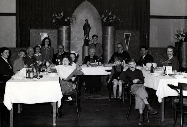 055035 - Familiefeestje bij de fraters. Op de foto in het midden de moeder van frater Adolf Laurijssen met haar kinderen en kleinkinderen. De familie is afkomstig uit Baarle-Nassau.