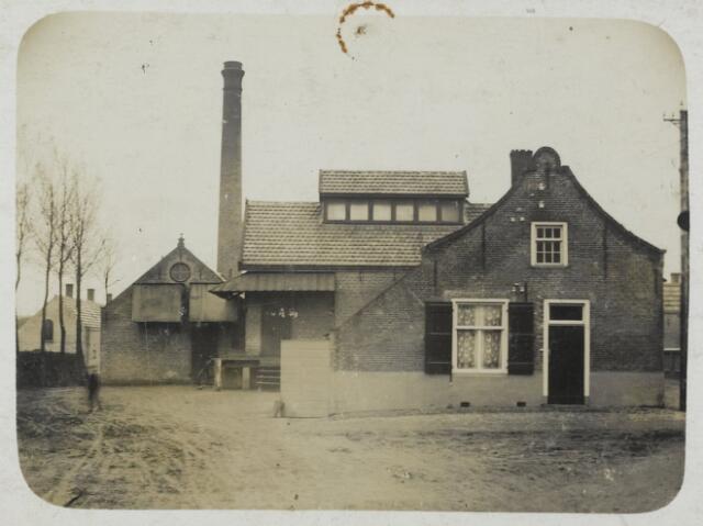 """88895 - Melkfabriek en boterfabriek gesticht in 1899. In 1910 is dit particuliere bedrijf de """"Coöperatieve stoomzuivel en kaasfabriek St. Gomarus"""" geworden. Op de foto staan vóór de fabriek twee woningen, die in 1910 zijn verbouwd tot kantoor en kaasmagazijn."""