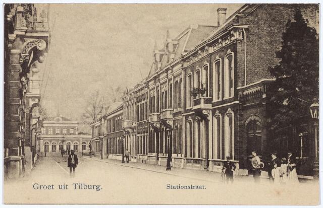 002571 - Stationsstraat richting station. Links het pand Stationstraat M1085, vanaf 1910 nr. 19, rechts van rechts naar links de panden M 1104, M 1103 en M 1102, vanaf 1910 nr. 22, 20 en 18. Op nummer 18 woonde rond 1900 wollenstoffenfabrikant H.M.J.C. Brouwers directielid van de firma J. Brouwers, op nr. 20 de weduwe H.A.J.C. Brouwers Kroes. Pand nr. 22 werd bewoond door dr. Karel Allard Frederik Deelen. Hij werd geboren te Druten op 16 mei 1862 en vestigde zich op 30 oktober 1887 vanuit Leiden in Tilburg. Daar werd hij op 14 december 1887 door de gemeenteraad benoemd tot heel- en vroedmeester voor de armenpraktijk in het zuidelijk deel van de stad. Samen met chirurg dr. J.E. Pastoors, voerde hij ook operaties uit in het voormalige  gasthuis aan de huidige Gasthuisring. Op 11 juli 1893 trouwde hij te Tilburg met Agnes H. Sträter. Op 25 januari 1888 werd hij lid van de afdeling Tilburg van de Nederlandse Maatschappij tot Beveordering der Geneeskunde. Vanaf 1892 was hij hiervan secretaris, vanaf januari 1904 voorzitter. Later zou hij zelfs voorzitter worden van het hoofdbestuur van deze vereniging. Deelen was ook oprichter en eerste voorzitter van de Vereniging ter Bestrijding van de Tuberculose en op zijn initiatief kwamen de lighallen aan de Dongeseweg tot stand. Ook op cultureel gebied was Deelen actief: hij was voorzitter van sociëteit de Philharmonie, oprichter en voorzitter van de afdeling Tilburg van de Nederlandse Heide Mij., lid van de raad van commissarissen van de Tilburgse Waterleiding Mij., voorzitter van het Natuurhistorisch Museum en een van de oprichters van de Wetenschappelijk Kring in 1907. Deelen overleed te Tilburg op 11 april 1943.  In de voormalige woning van Deelen aan de Stationstraat werd op zaterdag 2 september 1950 een nieuw kantoor geopend van het Centraal Ziekenfonds. Dit fonds was tot dan gehuisvest in het gebouw van de Diocesane K.A.B. aan het St. Annaplein.