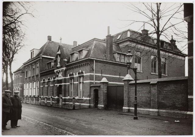 057360 - Fraterhuis in de Kerkstraat.