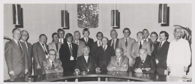 081139 - Zittend v.l.n.r.: wethouder J. van Gool, burgemeester P Ballings,  gemeemtesecretaris A. Hoevenaars en wethouder G. Boemaars Staand v.l.n.r.: R. van der Spek, L. van der Ham, M. van Ardenne, C. Oomen, C. Beenackers, L. Lavooij, A. van Baalen, C. Oprins, P. Adriaenssen, W. van Vugt, P. de Bekker, W. Velge, wethouder J. Jacobs, P van Leijsen, F van Laarhoven. C. van Beijsterveldt en C. Dikker