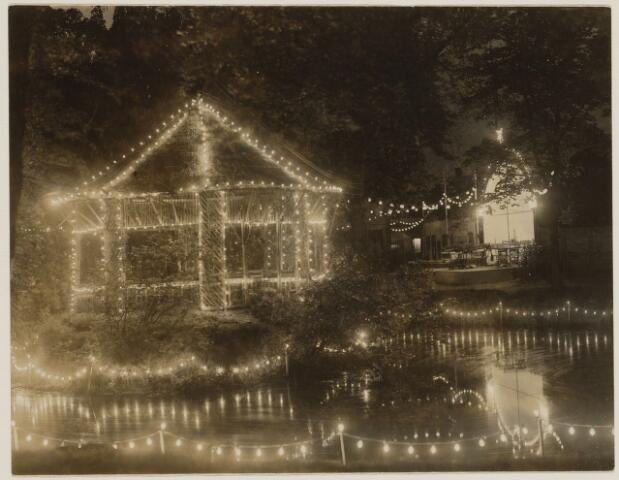 100829 - Muziek. Horeca. Verlichting bij de Koppelpaarden ter gelegenheid van het 100-jarig bestaan van de Harmonie.