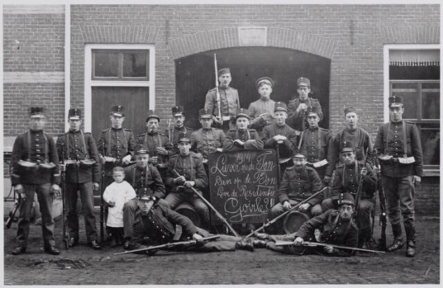 045619 - Ingekwartierde Nederlandse militairen tijdens de Eerste Wereldoorlog. De foto werd genomen in de Bergstraat.