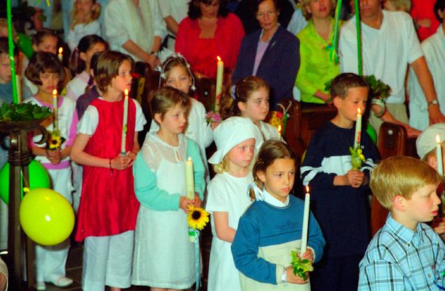 655357 - Eerste Heilige Communie viering in  de Sacramentskerk in de Tilburgse wijk Armhoef in 2001.