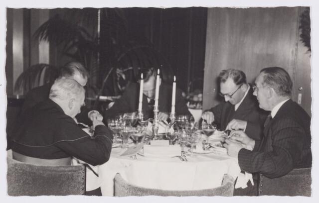 053357 - Koninklijke Bezoeken. prins Bernhard brengt een werkbezoek aan Tilburg; tijdens het noenmaal in het paleis Raadhuis; Mgr Goossens, Drs. W. de Kort, Ir. H. van Haaren, J. Willems, Prof. Dr. A. Verberne