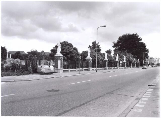 016058 - Gerestaureerde beelden aan de voorzijde van het kerkhof aan de Bredaseweg. Ook de beelden op de Calvarieberg (links) hebben een opknapbeurt gehad