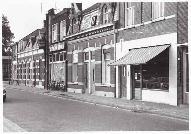 028003 - Koningsstraat, thans Paleisring. Van rechts naar links bakkerij Pulskens voorheen Van Eindhoven, woonhuis van de familie Van de Wouw, café van Wies van Ierland, groentehandel Van Haren (later verhuisd naar het Piusplein) en de woningen van de families Wezenbeek en Sparidans. Foto genomen omstreeks 1946