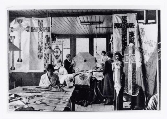 039628 - Het interieur van het atelier. Jubileum van de de firma Jansen & co fabrikant van kerkornamenten bij haar zeventigjarig bestaan.