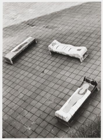 """067695 - Drie van de VIER ZITBANKEN, door Jan SNOECK, op de pauzeplaats van het """"Cobbenhage-College"""". Zie Foto nr. 6793 en 6794.    Trefwoorden: Kunst in de openbare ruimte.Onderwijs."""