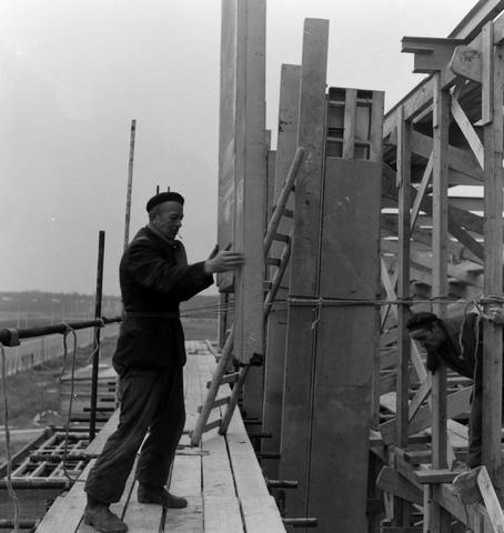 1237_013_050_003 - Bouwplaats. Bouw Stadhuis Tilburg 1963. Het stellen van de muren