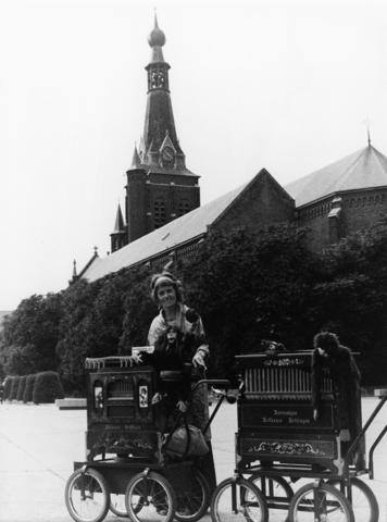 1238_F0218 - Vrouw met een hermonipan op straat, straatorgel. Hermonipan , Hofbauer Göttingen.