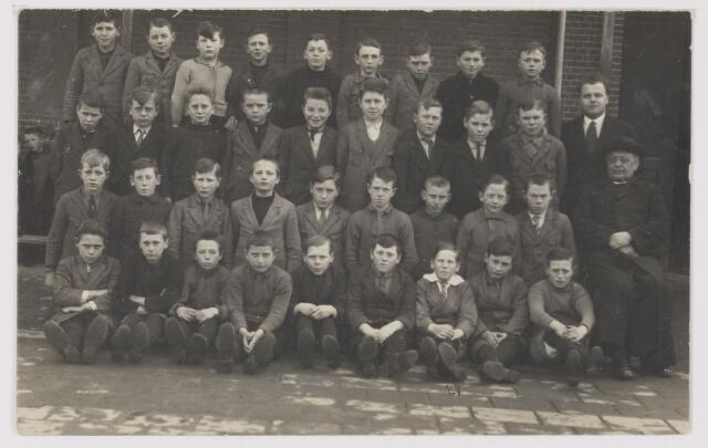 081638 - Schooljaar 1930-1931. Meester van Rie en Pastoor Oomen.