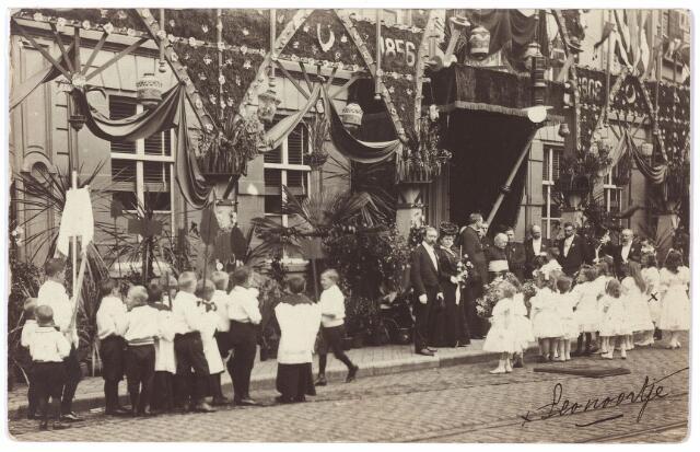 000897 - De pastorie van de parochie St. Jozef aan de Heuvel, versierd t.g.v. het gouden priesterjubileum van mgr. A.D. Smits. Huldiging van Smits door de jeugd.