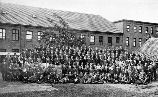 054569 - Personeel van stoomschoenfabriek Ligtenberg te Dongen bij het vijftigjarig bestaan.