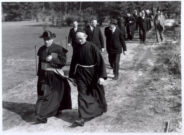 016486 - Op 8 september 1937 zegende mgr. Hendrikx, vicaris-generaal van het bisdom 's-Hertogenbosch, het klooster Mariahof van Broeders Penitenten in. De bisschop (vooraan links) met broeders en genodigden