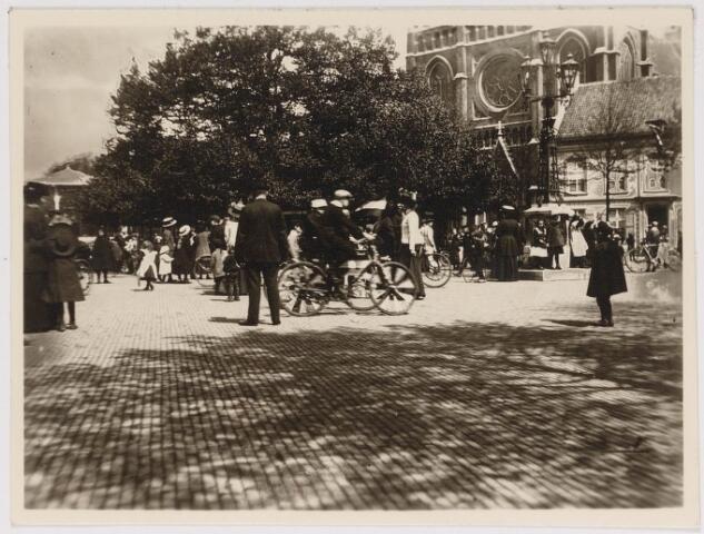 042619 - Bedrijvigheid op de Heuvel na bekendmaking van de geboorte van prinses Juliana in april  1909