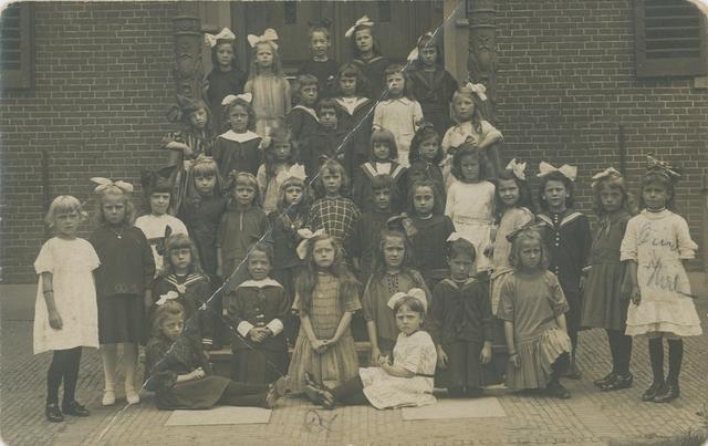 658458 - Onderwijs. Basisonderwijs. Klassenfoto r.k. lagere school. Meisjesschool Heikant in 1922. Op de foto staan onder andere (Wilhelmina) Mientje Schots en Grietje Lommen.