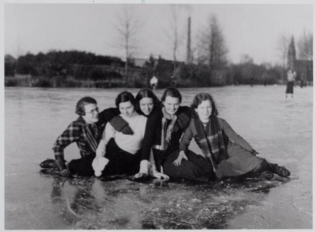 045459 - IJspret van Tilburgse meisjes op De Vloed. Van links naar rechts Annie Aarts, twee onbekenden, Annette van Berkel en Lucy Moerlands.