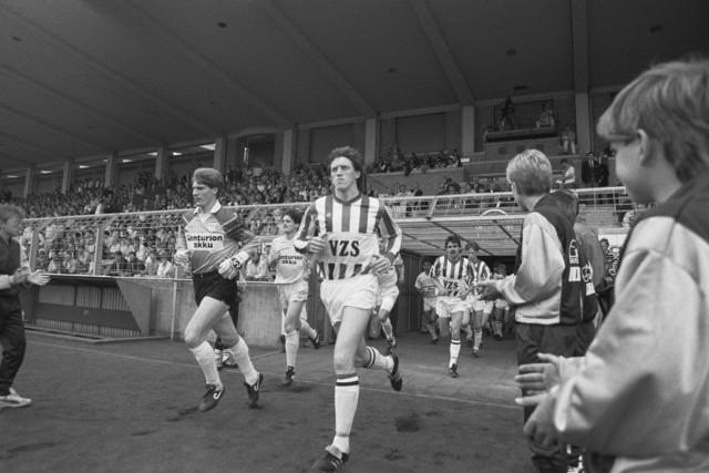 TLB023002618_002 - Voetbal. Willem II. Spelers betreden het veld.