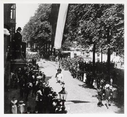 042611 - Publieke belangstelling voor het optreden van een militair muziekkorps imn juni 1905 bij het Stationsplein en gezien vanuit de woning van wollenstoffenfabrikant Diepen aan de Spoorlaan.