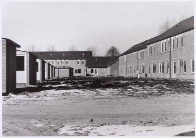 014479 - Achterzijde van nieuwbouwhuizen aan de Barendrechtstraat kort voor de oplevering