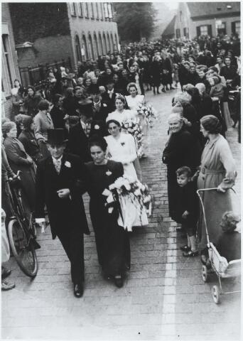 056205 - Op 14 oktober 1941 hertrouwde Kees van Boxtel met Dien Adriaansen. Dezelfde dag trouwden ook zijn drie dochters respectievelijk Betsy van Boxtel met Frans van Puijenbroek, Ton van Boxtel met Janus Wouters en Jo van Boxtel met Tinus Coolen. Bij de kijkers geheel rechts met wandelwagen Gerda van Gorp-Giessen, naast haar Anna Verhoeven-van Erven.