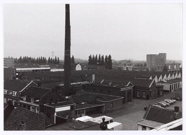 018120 - Het voormalige complex van wollenstoffenfabriek Aelen op de hoek met de Hart van Brabantlaan. Later was er autobedrijf W.A. Holland in gehuisvest