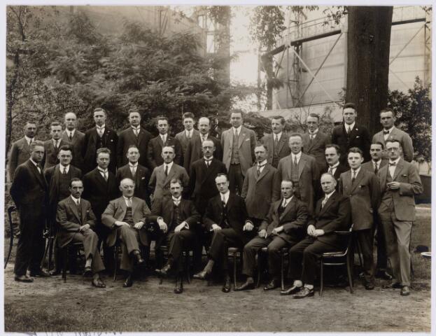 104198 - Ambtenaren G.E.B. Tilburg omstreeks 1930. 1e rij v.l.n.r.: Harrie Vrins (administrateur), Jan van Loon (kassier), Harrie Jansen (directeur), Theo van Mierlo (directeur), Ir Bots em Jan van Gorp; 2e rij staande v.l.n.r.: Sjef Diks, Gerard van Iersel, Remie Villevoy, Sjef de Beer, Jan Schenkels, Sjef Keusters, T.F.M. Pirenne, Chris Nanninck, Arnold, n.n., Kees de Pauw en Gerrit Kok; 3e rij staande v.l.n.r.: Leo de Beer, van Speek, Janus Verbunt, Frans van Huijgevoort, P. Hedel, Stan Huijgens, Josef van Gestel, Vlaminkx, Albert Oosterlee, Jan van Kouwenberg, Fred Rijzewijk, Jan Verhoeven en Toon van Eerdewijk.