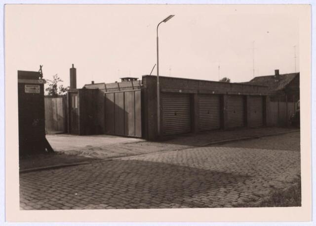 022669 - Garages in de Hoogtestraat. Links van de garageboxen de ingang van Kolenhandel Hendrickx.  Rechts ligt de Veestraat en links de Hoogtedwarsstraat.