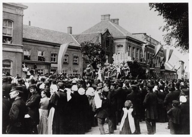 048882 - Westwijze Wilhelminapark. Bij gelegenheid van de inhuldiging van koningin Wilhelmina werd een optocht gehouden en vond de opening van het Wilhelminapark plaats op 12 en 13 september 1898.