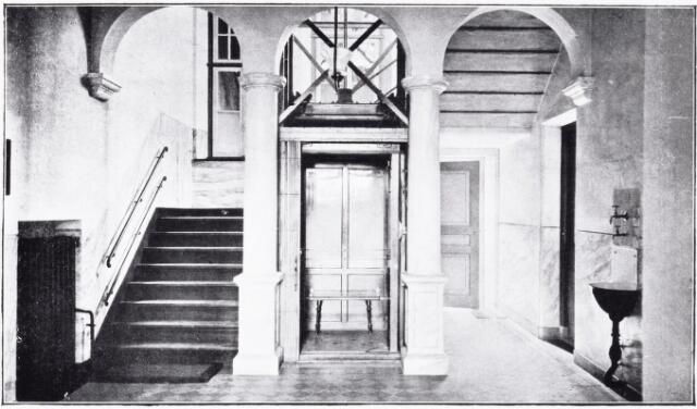 051076 - Jeugdzorg. Interieur van het St.Jozefhuis-St.Anna. Lift met trappenhuis.