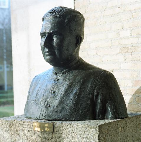 D-00470 - Borstbeeld van Professor Cobbenhagen in Katholieke Universiteit Brabant (KUB)