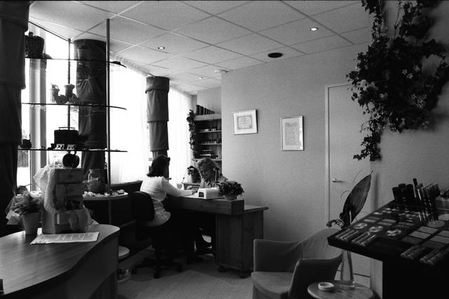 1237_010_757_014 - Ondernemers. Verzorging. Het interieur van Beautysalon Galani aan de Willem de Rijstraat in 1997. De nagels van een dame worden verzorgd.