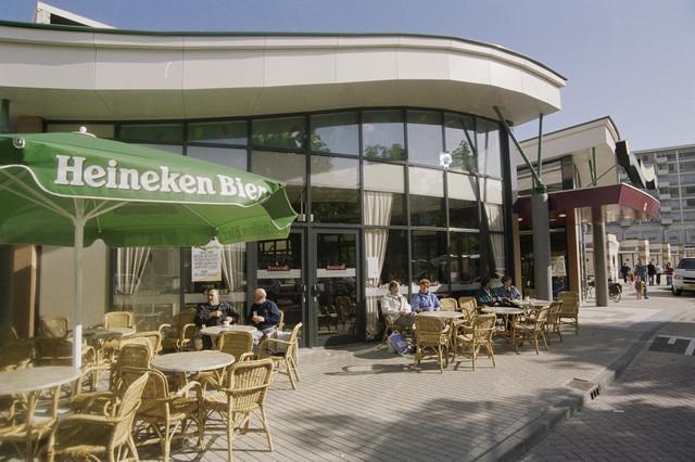 TLB023000753_002 - Terras met bezoekers bij de ingang van winkelcentrum Westermarkt.