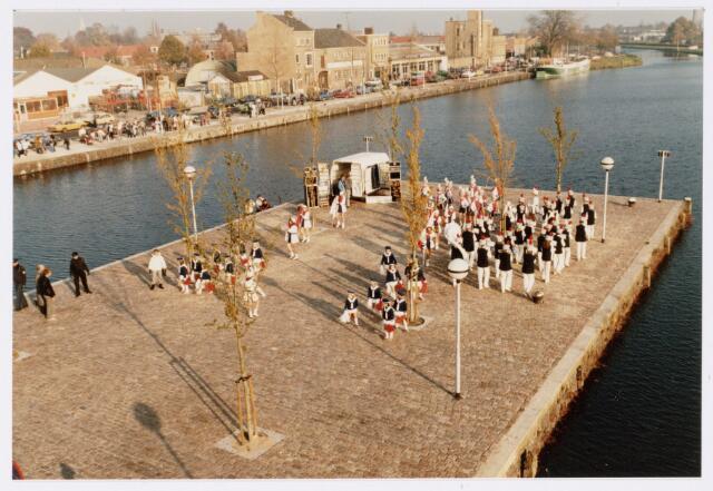 053240 - Intocht van St. Nicolaas op 17 november 1985. foto: aankomst bij Tamboerskade, opstelling majorettencorps en verwelkoming van Sinterklaas.