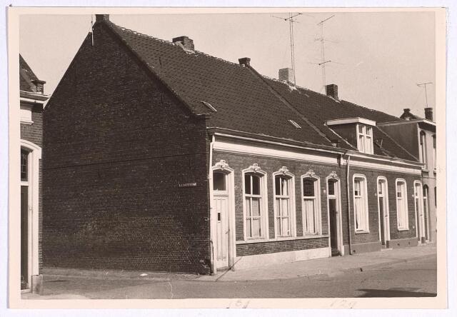 025102 - Panden Lange Nieuwstraat 129 (recjhts) en 131 (links), op de hoek met de Locomotiefstraat (thans Minckelerstraat), die uitkwam in de Atelierstraat