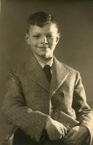 601745 - Hubert Adriaan (Huub) van der Schoot. Geboren op 2 juni 1922 te Tilburg als zoon van fotograaf Petrus A.A. van der Schoot en Maria J.W. van Eijck. Waarschijnlijk werd de foto van communicant Huub gemaakt in de fotostudio van zijn vader aan de Zomerstraat 37 te Tilburg.