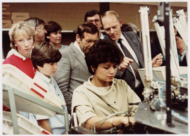 050160 - Volt. Noord. Jubileum 75 jaar Volt op 15 september 1984. Open dag. Ir. Iding, destijds directeur van Volt, legt e.e.a. uit aan belangstellenden. Mogelijk is dit in de productie- of fabricage afd. Correctiemiddelen van wire wound components WWC in gebouw NL.