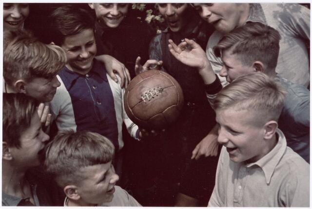 051230 - Basisonderwijs. r.k. lagere school. St. Jozefschool. Leerlingen van deze school op het terrein van de Katholieke Sportvereniging Broekhoven.