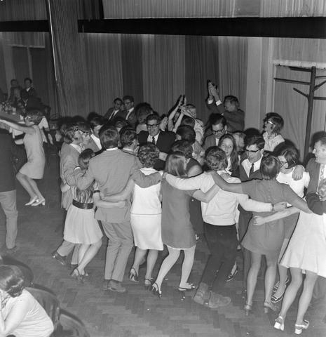 1237_004_102-2_007 - Dansen. Hossen. Er wordt gedanst tijdens een personeelsfeest van wolfabriek 3 Suisses.