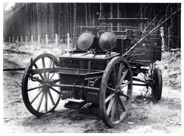 013427 - WO2 ; WOII ; Tweede Wereldoorlog. Een na het bombardement van 11 mei 1940 door het Nederlandse leger achtergelaten keukenwagen langs de Bredaseweg