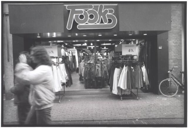 021931 - Vrijetijdskleding Fooks in de Heuvelstraat