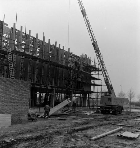 1237_013_050_006 - Bouwplaats. Bouw Stadhuis Tilburg 1963. Het stellen van de muren