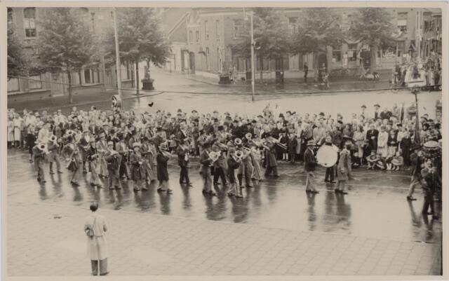 049018 - Festiviteiten te Tilburg b.g.v. het 50-jarig regeringsjubilé van Koningin Wilhelmina op 6 september 1948. Aankomst van koning Willem II bij de 'Vier Winden' aan de Bredaseweg ter hoogte van het oud Belgisch lijntje.  Verslag over deze festiviteiten met optocht staat in het Nieuwsblad van dinsdag 7 september 1948. Een harmonie op het Willemsplein.