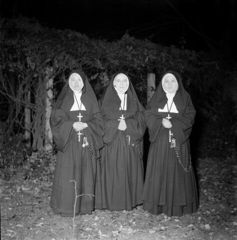 050400 - Enkele zusters van de congregatie van de zusters van liefde van O.L.V. Moeder van Barmhartigheid in de tuin van het succursaalhuis op Korvel.