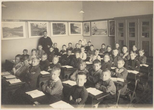 051187 - Basisonderwijs.  Klassenfoto  r.k. lagere school. St. Gerardusschool. De onderwijzer op de foto is frater Stanislas Vos.