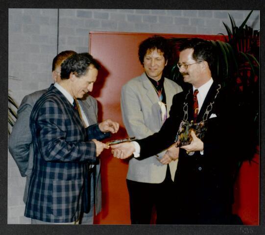 """91297 - Made en Drimmelen. De burgemeester van Made de heer J. Elzinga (1990-1997) tijdens de opening van het Sociaal Cultureel Centrum """"De Mayboom"""" in Made."""