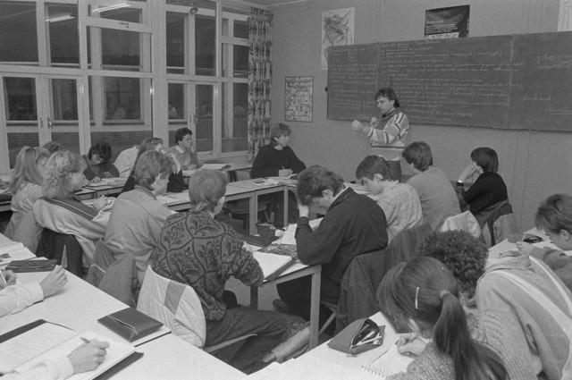 TLB023002488_002 - Deze leraar geeft uitleg in de klas