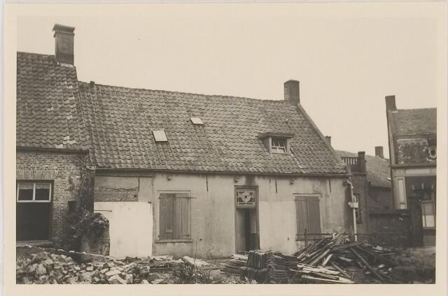 082591 - Gilze, Bisschop de Vetplein. Panden zijn gesloopt waarna het Wit Gele Kruisgebouw is gekomen